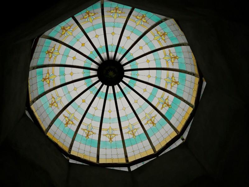 Trần kính vòm cong khung Inox mạ vàng kính hoa văn